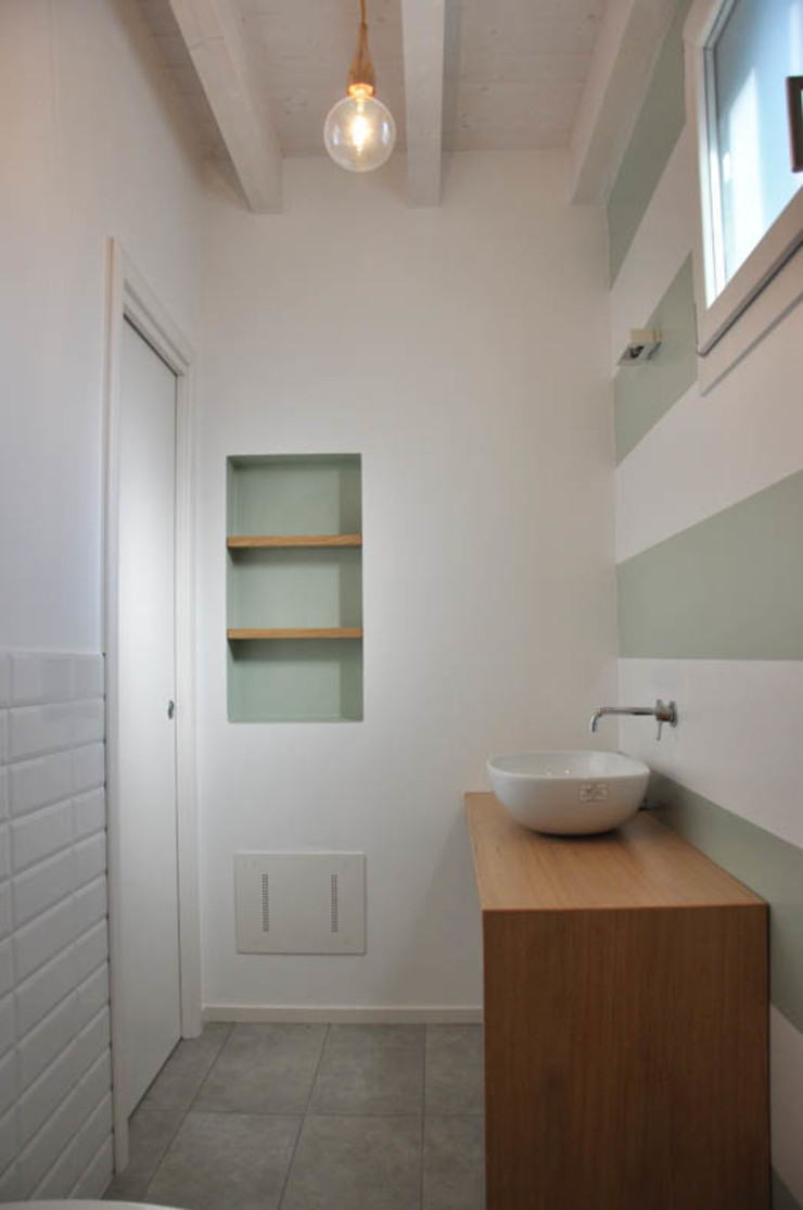 Casa con corte atelier architettura Bagno moderno