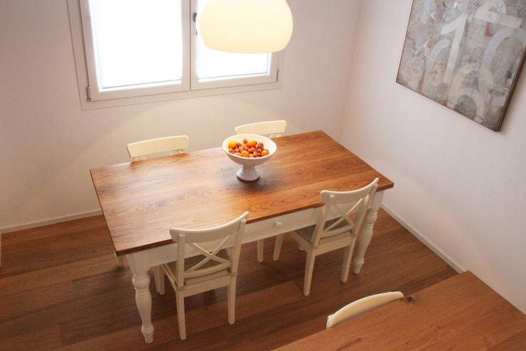 Casa con corte atelier architettura Sala da pranzo moderna