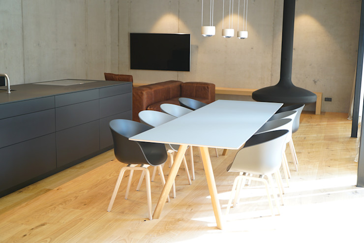 Ein Traum aus Beton und Eiche Helm Design by Helm Einrichtung GmbH Minimalistische Wohnzimmer