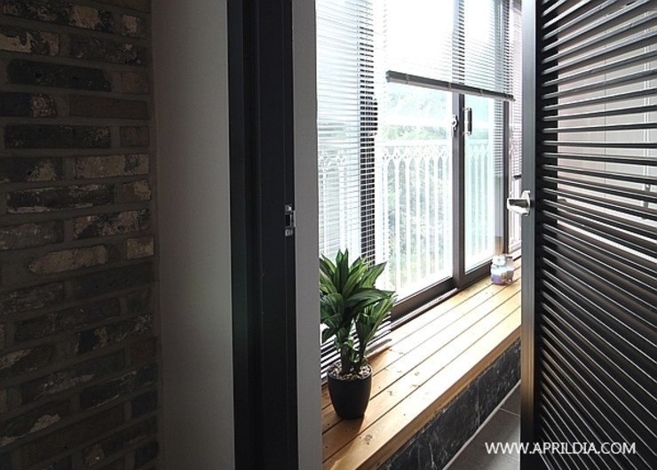 에이프릴디아 Balcones y terrazas de estilo moderno Acabado en madera