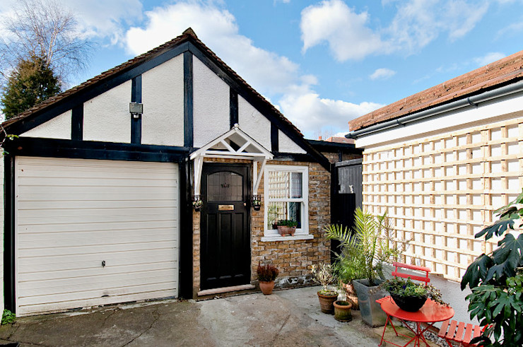 Converting a garage in a small studio Belle & Cosy Interior Design Modern garage/shed