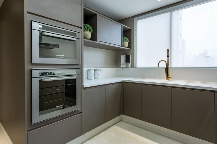 Flávia Kloss Arquitetura de Interiores Кухня MDF Коричневий