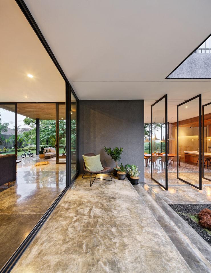 Tamara Wibowo Architects 트로피컬 발코니, 베란다 & 테라스 콘크리트
