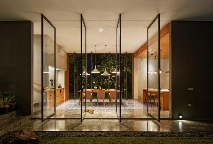 Tamara Wibowo Architects 트로피컬 다이닝 룸 콘크리트