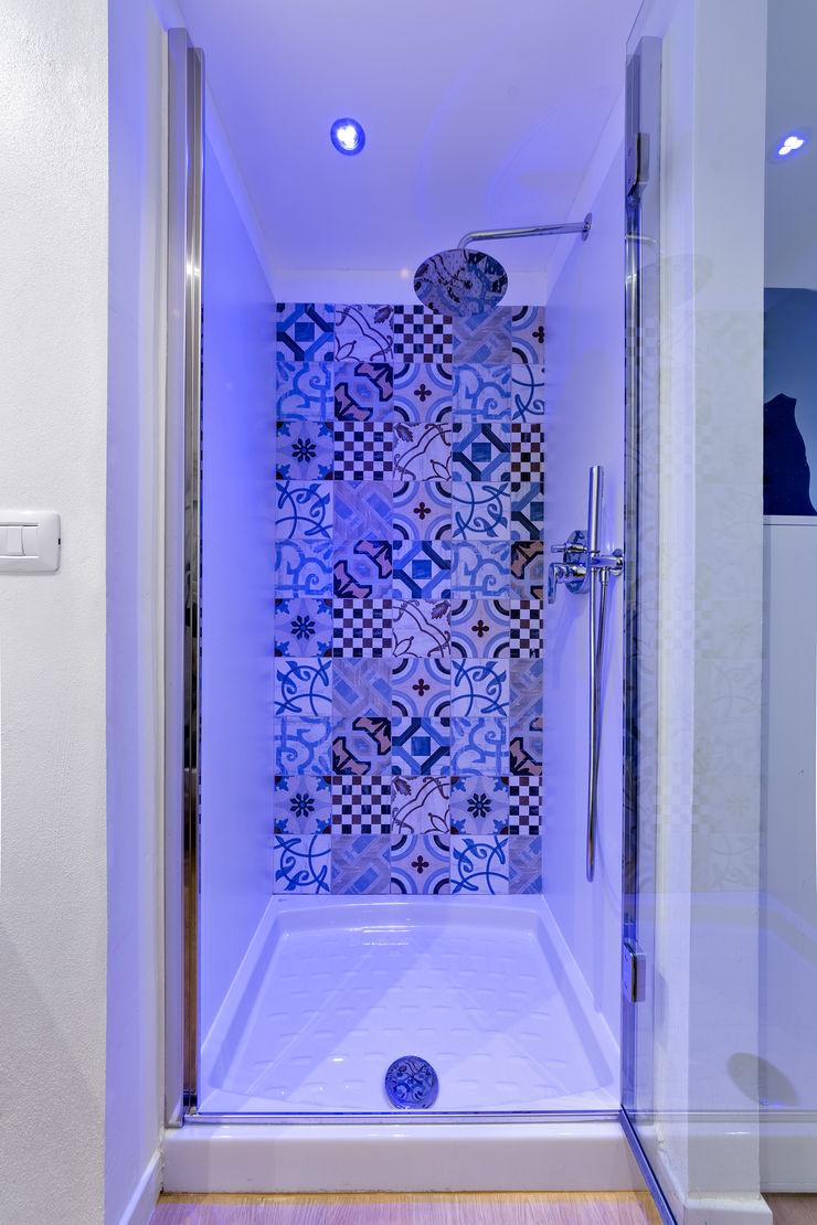 Un luminoso attico d'atmosfera Annalisa Carli Bagno in stile scandinavo Ceramica Bianco