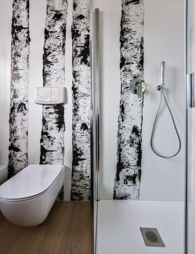 Un luminoso attico d'atmosfera Annalisa Carli Bagno in stile scandinavo Legno Bianco