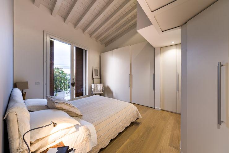 Un luminoso attico d'atmosfera Annalisa Carli Camera da letto in stile scandinavo Legno Bianco