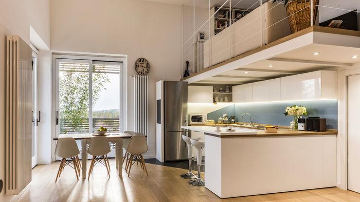 Un luminoso attico d'atmosfera Annalisa Carli Cucina in stile scandinavo Legno Turchese