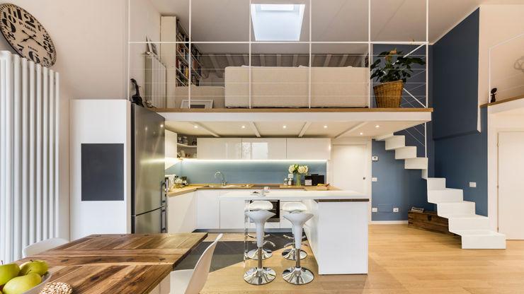 Un luminoso attico d'atmosfera Annalisa Carli Cucina in stile scandinavo Legno Variopinto