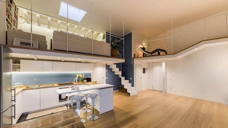 Un luminoso attico d'atmosfera Annalisa Carli Soggiorno in stile scandinavo Legno Variopinto