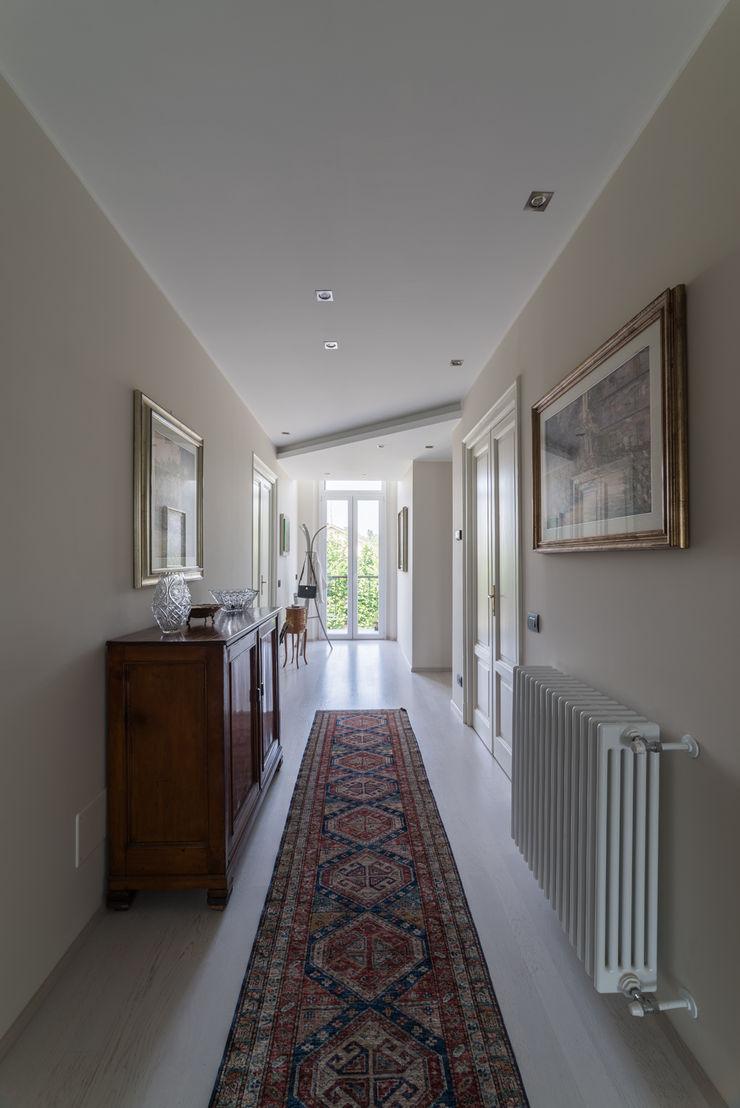 Appartamento in villa Annalisa Carli Ingresso, Corridoio & Scale in stile eclettico Legno Beige