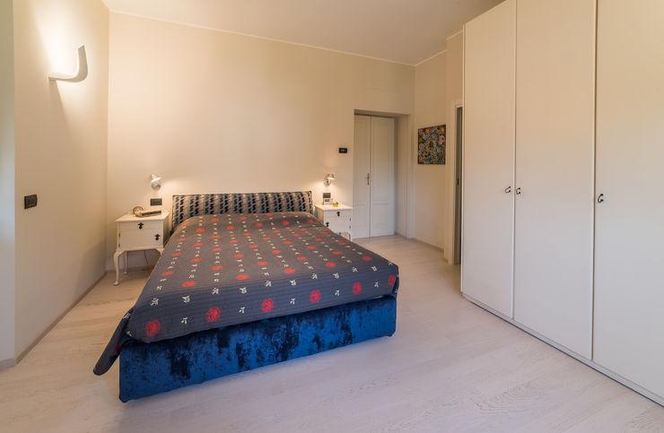 Appartamento in villa Annalisa Carli Camera da letto eclettica Legno Beige