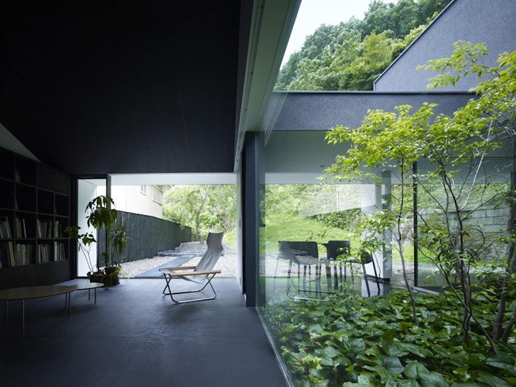 YY 自然と囲まれた内部が緩やかに繋がる家 山縣洋建築設計事務所 モダンデザインの リビング