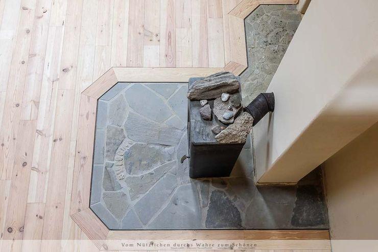 Dachausbau mit Galerie Thisalo GmbH Wohnzimmer im Landhausstil