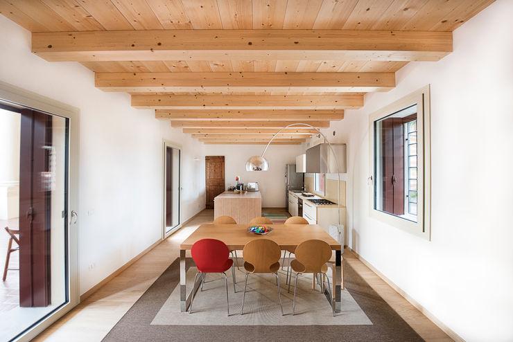Il legno impreziosisce l'open space. HAUME - abitazioni in legno Soggiorno minimalista Legno Bianco