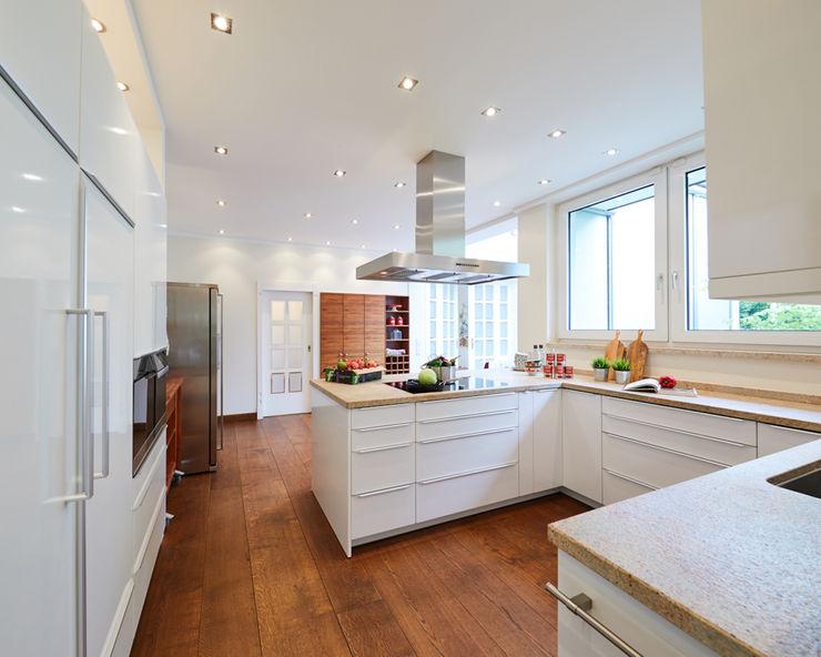 Exponierte Unternehmervilla in Bestlage - Kreieren Tschangizian Home Staging & Redesign Einbauküche