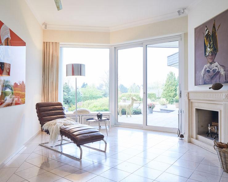 Exponierte Unternehmervilla in Bestlage - Kreativecke Tschangizian Home Staging & Redesign Moderne Wohnzimmer