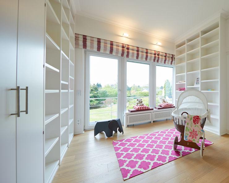 Exponierte Unternehmervilla in Bestlage - Spielen Tschangizian Home Staging & Redesign Klassische Kinderzimmer