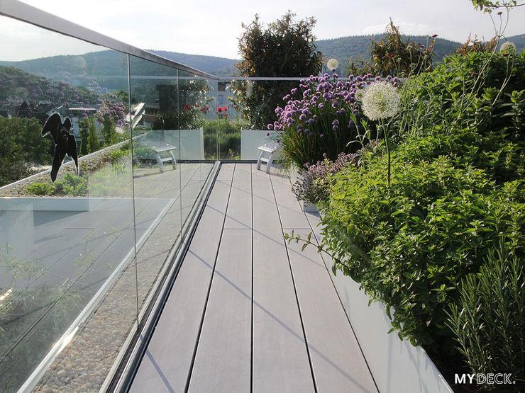 Terrassengestaltung mit Pflanzen MYDECK GmbH Moderner Balkon, Veranda & Terrasse Holz-Kunststoff-Verbund Grau
