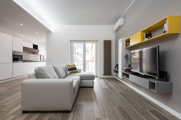 Ristrutturazione appartamento Bufalotta Roma Paolo Fusco Photo Soggiorno moderno Grigio