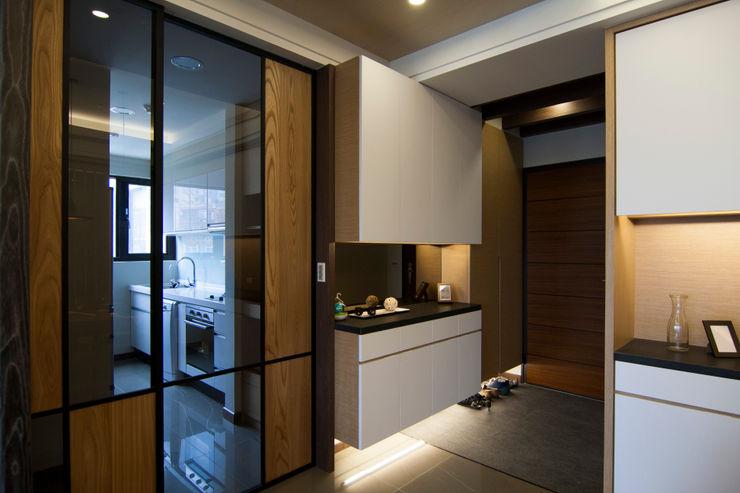 日式休閒的退休宅居 青築制作 經典風格的走廊,走廊和樓梯