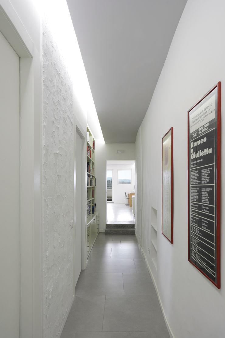 Casa-Cannocchiale MAMESTUDIO Ingresso, Corridoio & Scale in stile minimalista