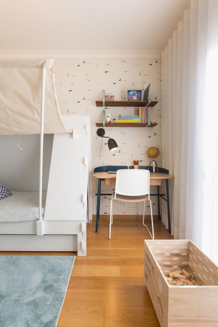 Quarto de menino ShiStudio Interior Design Quarto de criançasEscrivaninha e cadeiras