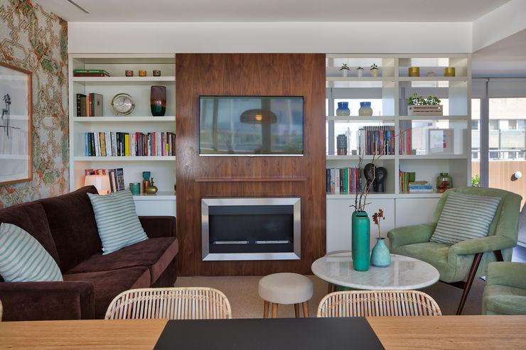 Sala piso 1 ShiStudio Interior Design Sala de estarLareiras e acessórios