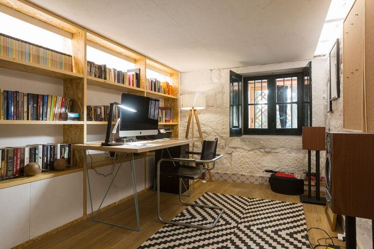 Escritório na cave - vivenda em S. Mamede - Projeto de interiores Shi Studio - Matosinhos, Porto ShiStudio Interior Design Escritórios escandinavos Madeira Branco