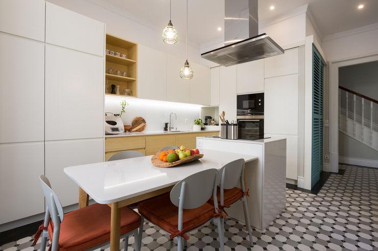 Cozinha de vivenda em S. Mamede - Projeto de interiores Shi Studio - Matosinhos, Porto ShiStudio Interior Design CozinhaMesas e cadeiras