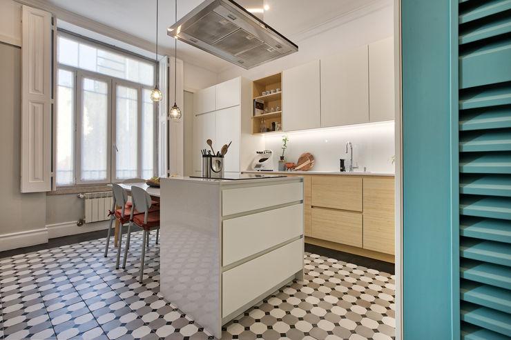 Cozinha de vivenda em S. Mamede - Projeto de interiores Shi Studio - Matosinhos, Porto ShiStudio Interior Design CozinhaBancadas Branco