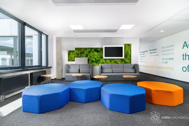 hol, poczekalnia w nowoczesnym biurze SARNA ARCHITECTS Interior Design Studio Biurowce
