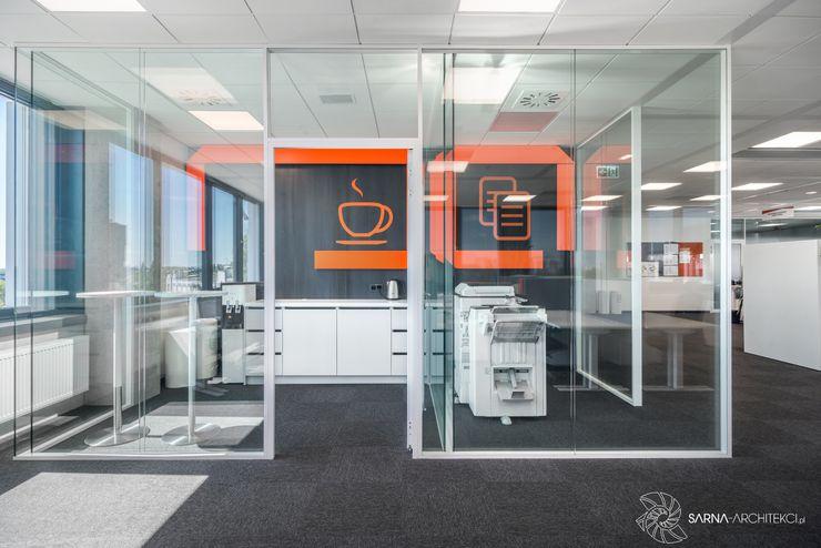 coffee corner, kącik kawowy w biurze SARNA ARCHITECTS Interior Design Studio Przestrzenie biurowe i magazynowe
