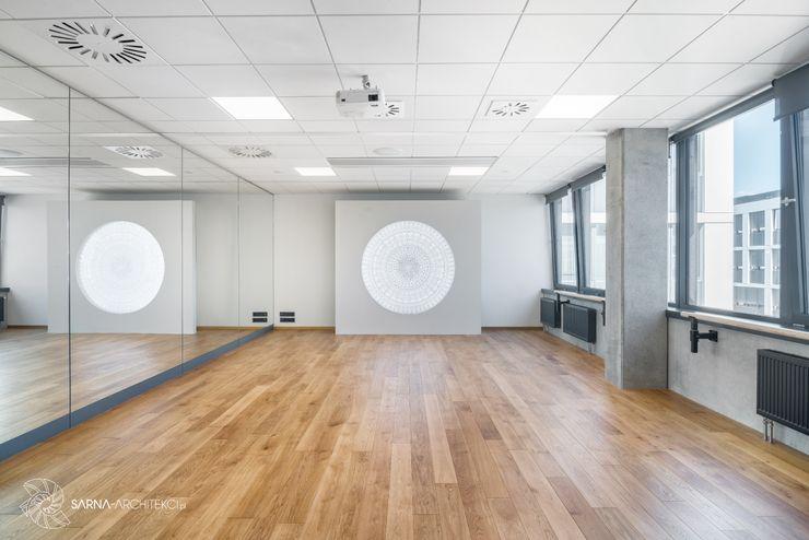 nowoczesne biuro, sala baletowa, joga SARNA ARCHITECTS Interior Design Studio Przestrzenie biurowe i magazynowe