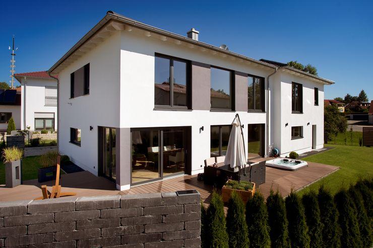 Massivholzhaus in Oberbayern - Bauökologie und modernes Design vereint Kneer GmbH, Fenster und Türen Moderne Fenster & Türen