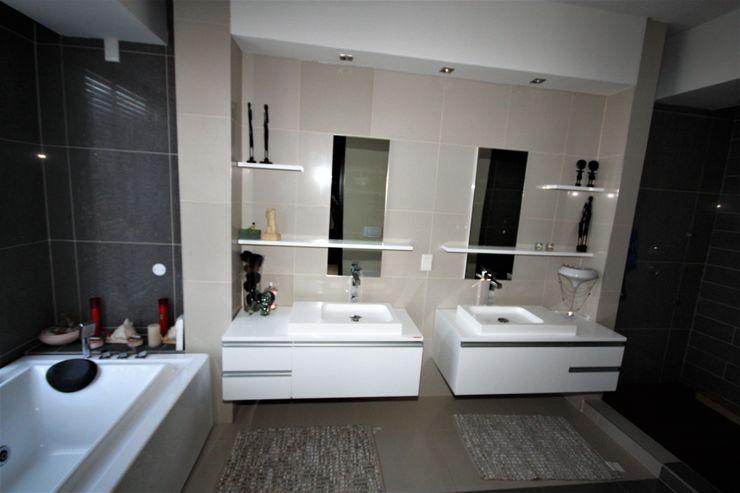 master bedrooms' en-suite Nuclei Lifestyle Design Modern bathroom Grey
