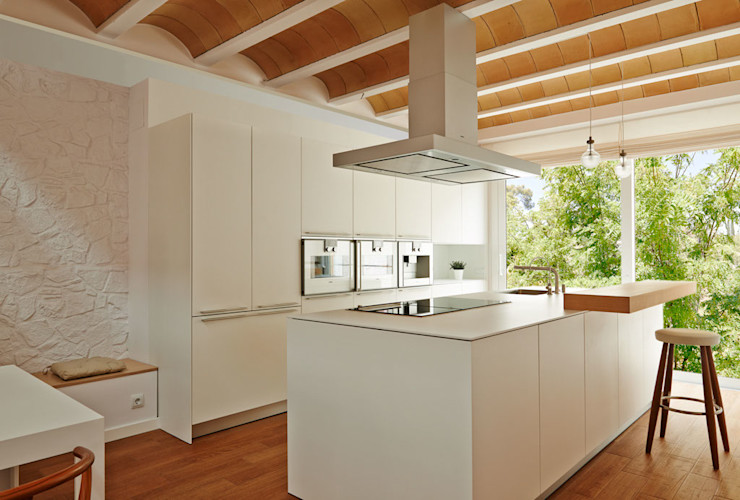 LaBoqueria Taller d'Arquitectura i Disseny Industrial Built-in kitchens Wood White