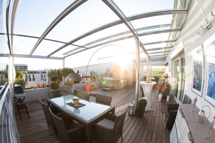 Terrassendachkonstruktion auf einer Dachterrasse mit Glas und Aluminium Schmidinger Wintergärten, Fenster & Verglasungen Moderner Balkon, Veranda & Terrasse Glas Grau