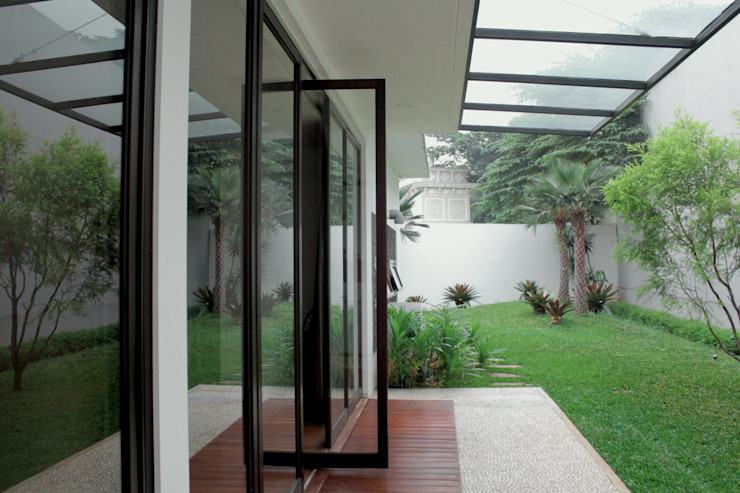 Vasa Lake House SAE Studio (PT. Shiva Ardhyanesha Estetika) Tropical style garden