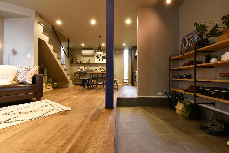 土間と繋がるLDK タイコーアーキテクト インダストリアルな 玄関&廊下&階段 灰色