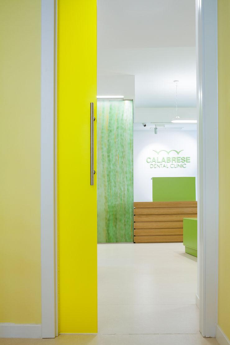 particolare su bancone d'accettazione e hall d'ingresso M2Bstudio Cliniche moderne