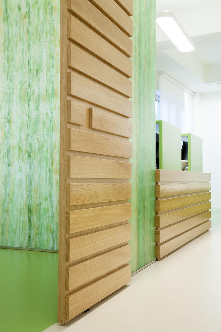 particolare bancone d'accesso e sala back office M2Bstudio Cliniche moderne