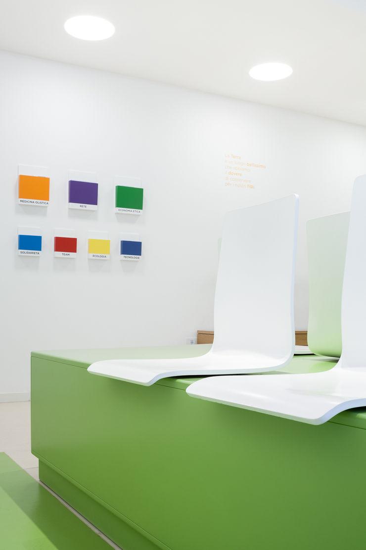 particolare sedie sala d'attesa M2Bstudio Cliniche moderne