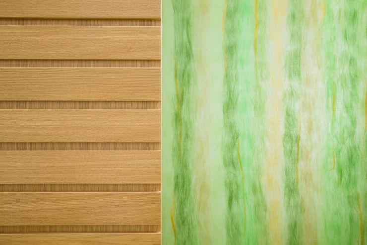 particolare materiale: scorrevole in legno e parete in vetro sala back office M2Bstudio Cliniche moderne