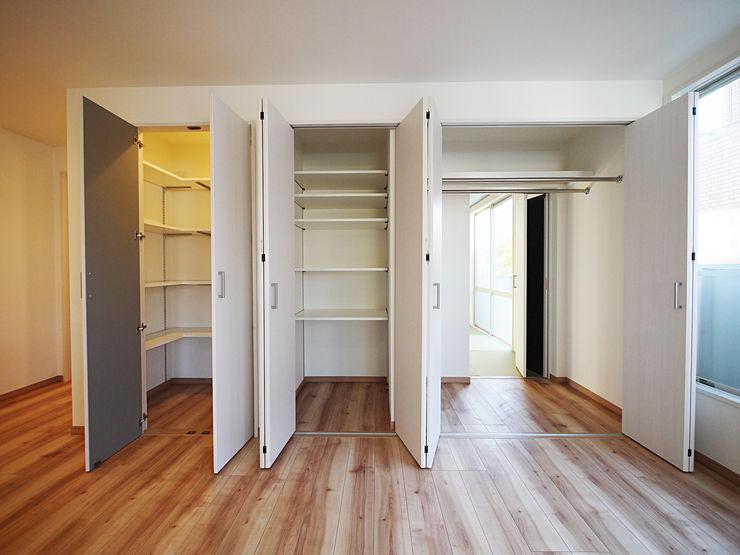 色彩豊かな南欧風の家 セイワビルマスター株式会社 地中海デザインの ドレッシングルーム