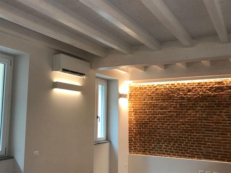 Scorcio parete soggiorno con mattoni pieni Cozzi Arch. Mauro Soggiorno classico