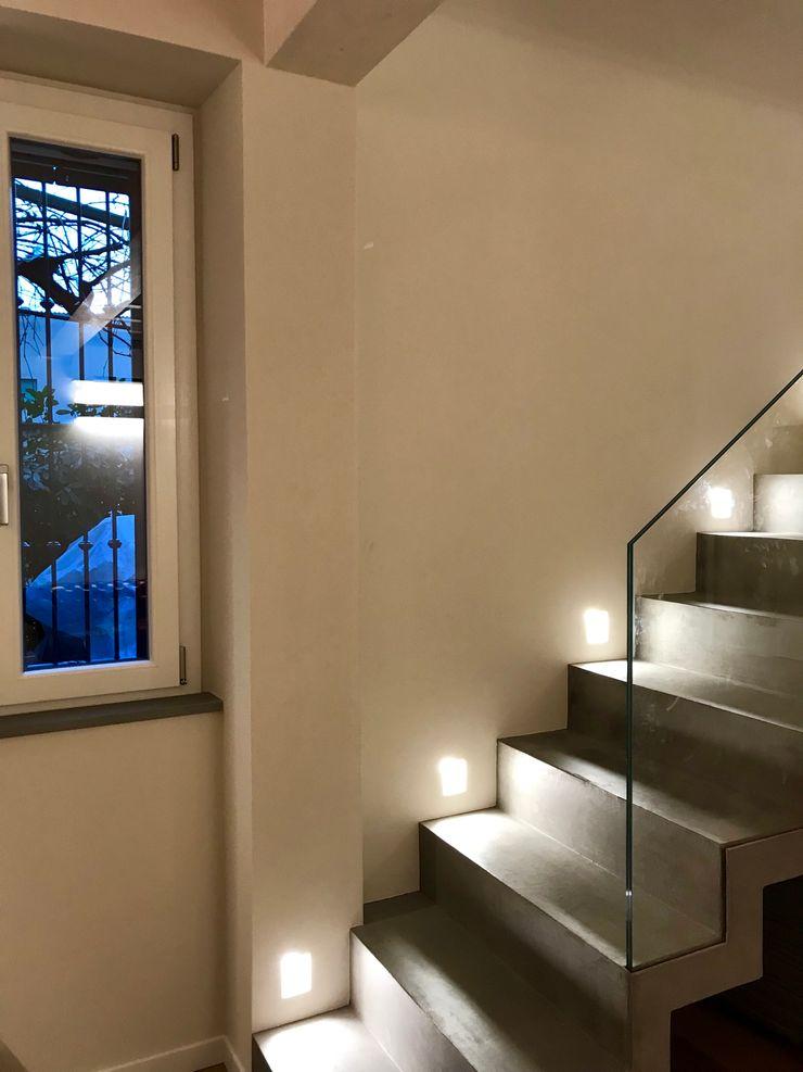 Scala in muratura rivestita in microcemento con illuminazione a parete Cozzi Arch. Mauro Scale