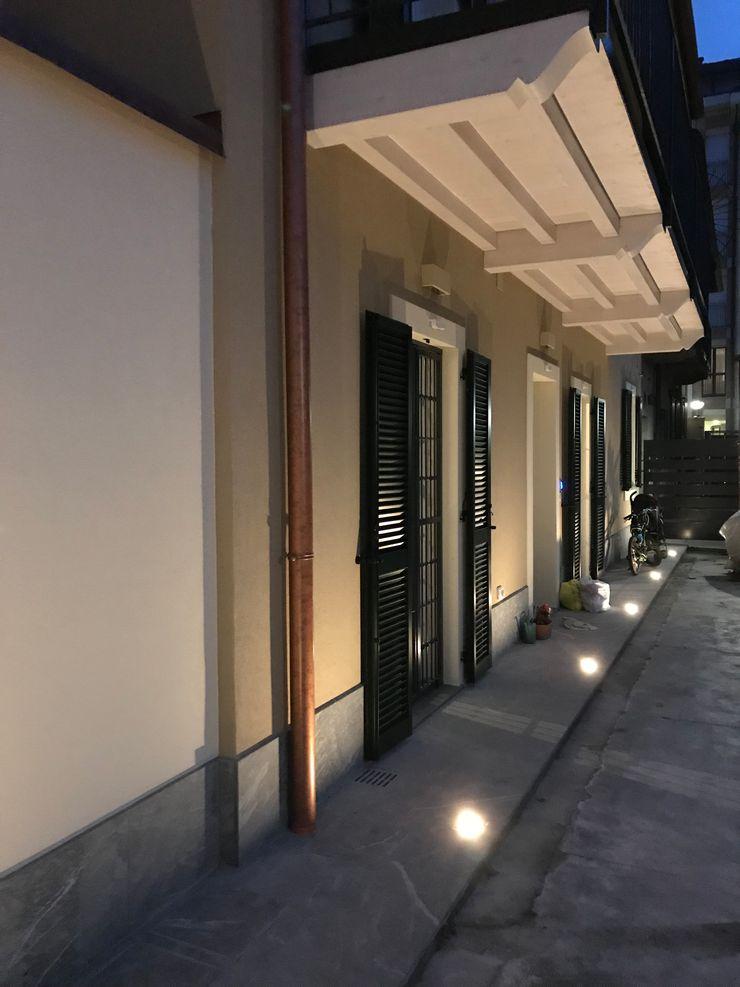 Facciata su giardino interno con illuminazione a faretti led Cozzi Arch. Mauro Casa unifamiliare