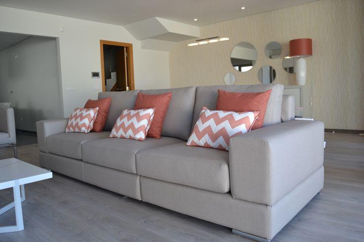 Zona de estar - pormenores chevron, em coral. Victor Bertier Design Salas de estar modernas Bege