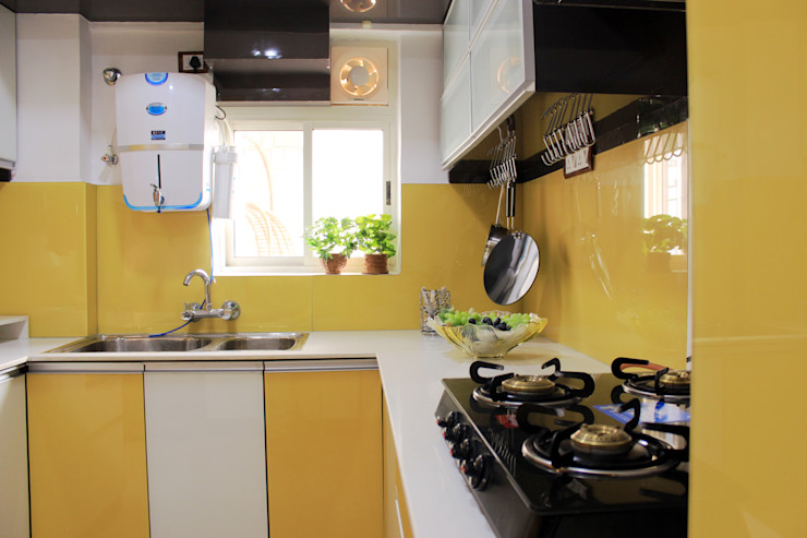 homify Built-in kitchens Glass Yellow